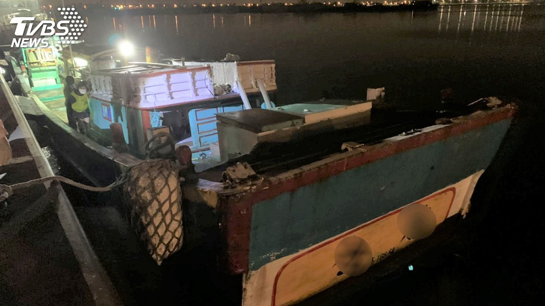 21日在屏東小琉球外海查獲台灣籍漁船載運31名越南籍偷渡客,防堵武漢肺炎疫情破口。圖/海巡署連江查緝隊提供 6名越南籍偷渡客逃脫 海巡署帶回2人偵辦