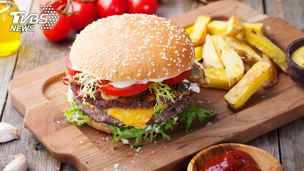 網友自嘲發文「為何麥當勞漢堡口感變乾了」。(示意圖/Shutterstock達志影像) 「漢堡連皮吃」賓士男疑惑口感乾乾的 低頭見超糗真相