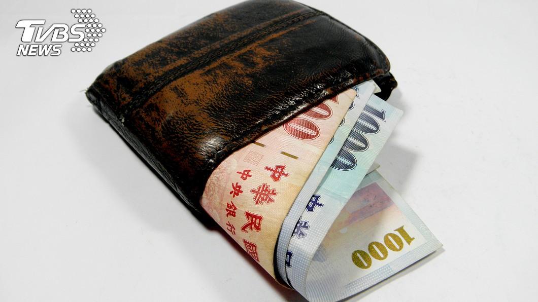 網友分享身上固定帶200元的緣由 (示意圖/TVBS) 錢不夠借人「被笑妻奴」 他曝固定帶2百原因:虧欠老婆