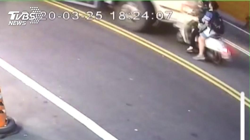 圖/TVBS 母子騎車停紅燈 遭右轉貨車撞輾1死1傷