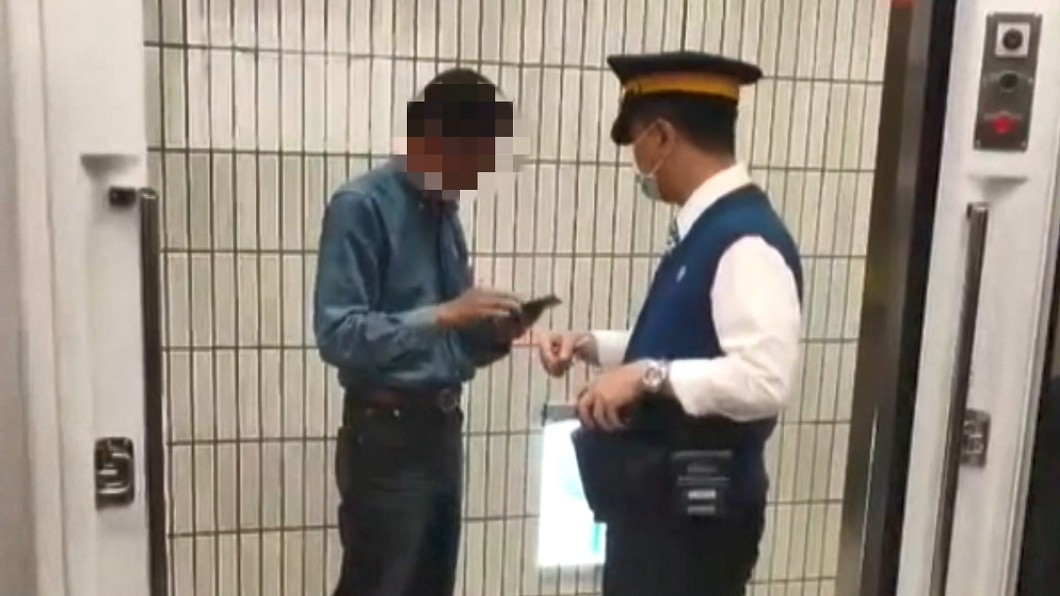 圖/翻攝自爆廢公社公開版 「音量太大」!男搭台鐵遭勸 竟暴怒嗆乘客