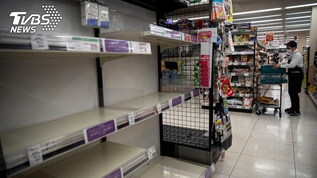 圖/路透社 擔心封城!東京確診數暴增、民眾湧入超市搶物資