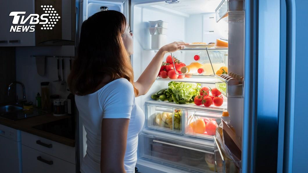 新冠肺炎(COVID-19)疫情延燒。(示意圖/TVBS) 別只囤泡麵、罐頭!醫師揭「5大」必買食物