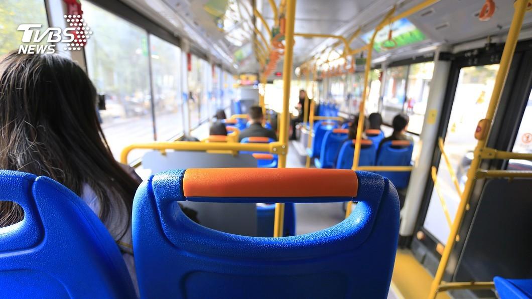 疫情期間,民眾搭乘大眾運輸工具時,絕大多數都會戴上口罩。(示意圖/TVBS) 矯枉過正?2女戴口罩搭公車交談 婦傳紙條「請勿說話」