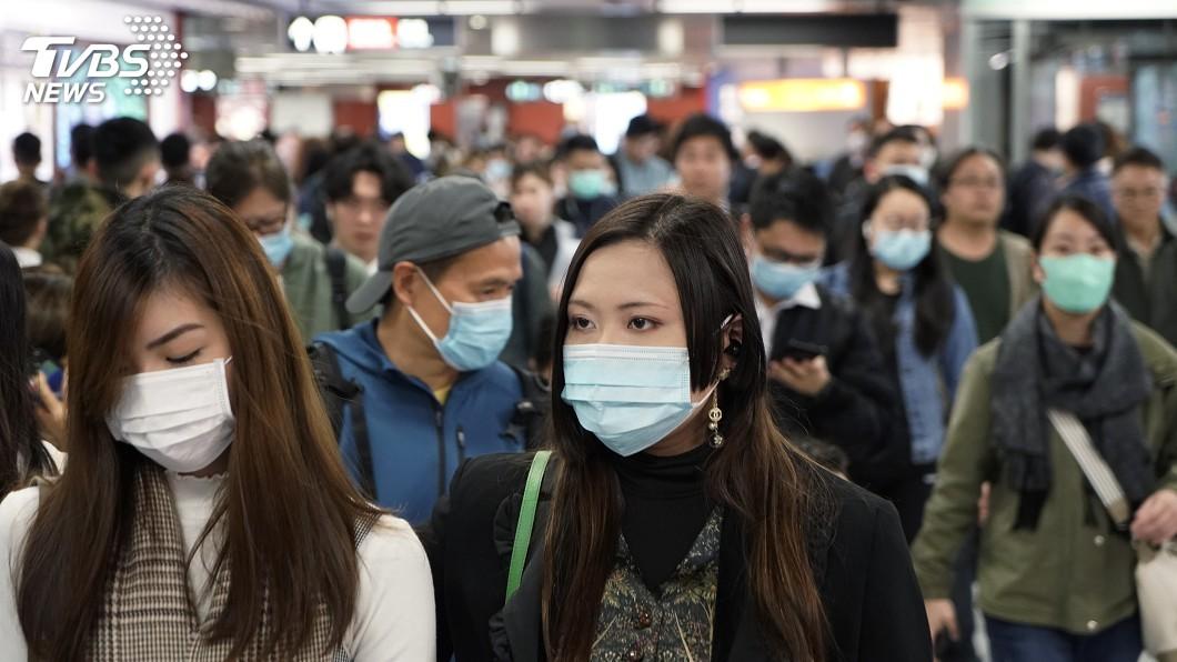 聽到新冠肺炎人人自危,民眾紛紛都戴著口罩防疫。(示意圖/TVBS) 北部停課高中生被司機拒載 苦問:我們到底做錯什麼?