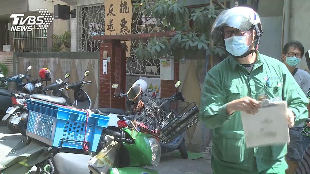 郵政工會爭取提供外勤郵差涼水津貼。(圖/TVBS) 大熱天外勤送信 工會為郵差爭取「涼水津貼」