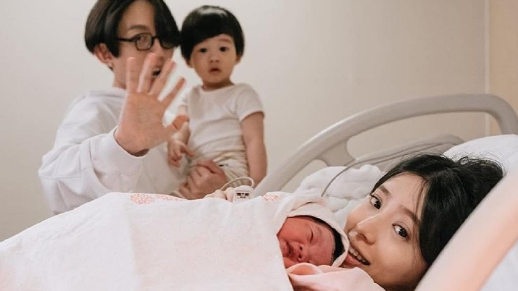 林宥嘉曬出全家福照,宣布女兒出生喜訊。(圖/翻攝自林宥嘉IG) 丁文琪也生啦!林宥嘉曬全家福喊話「兒子交給我吧」