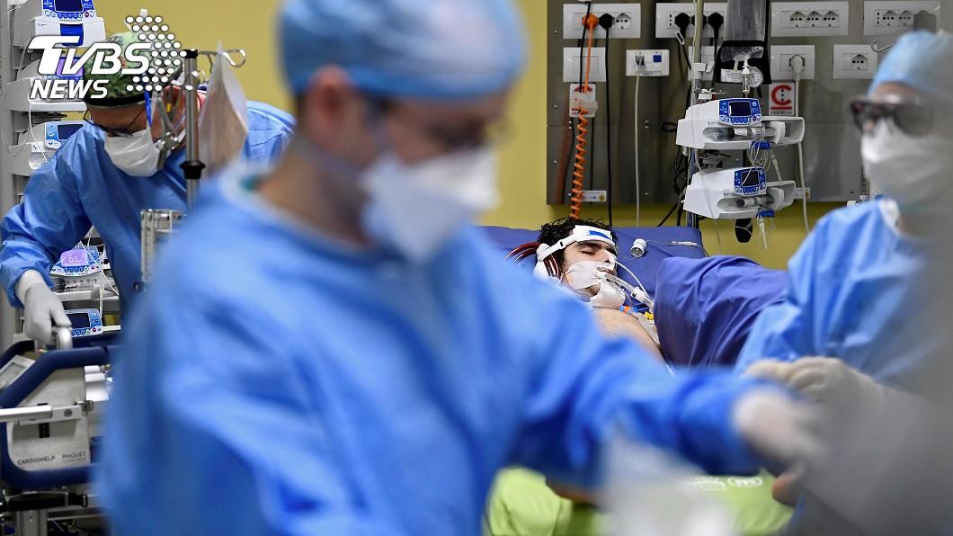 義大利確診人數太多,醫師每天都要抉擇放棄哪些病患。(圖/達志影像路透社) 天天被迫抉擇「放棄病患」 義醫師心痛:多數人會死