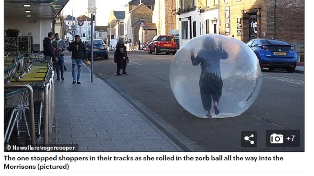 超狂大媽為防疫躲太空球,走在路上引人側目。(圖/翻攝每日郵報) 完全隔離大法!無懼路人眼光 大媽躲「太空球」滾進超市