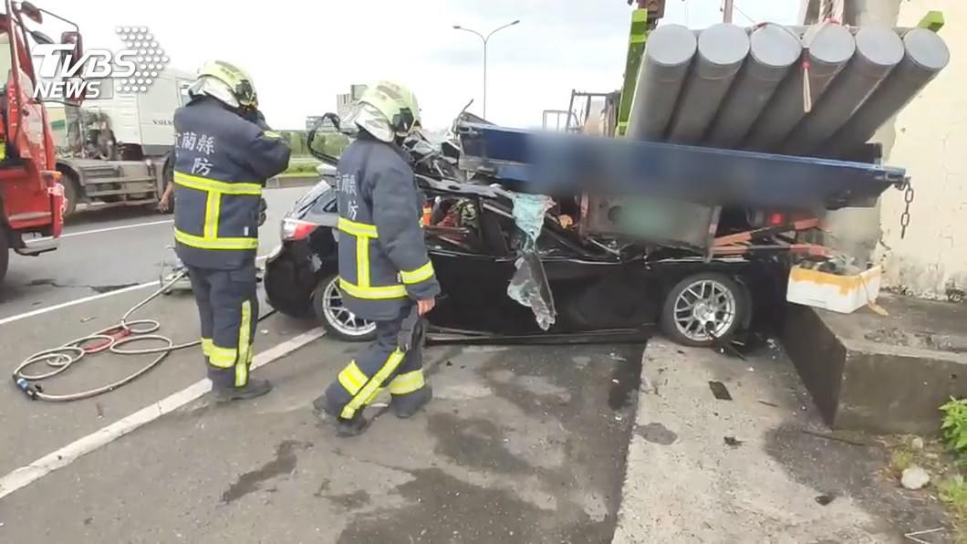 圖/TVBS 不給過!轎車遭逼車 失控撞大貨車釀2死