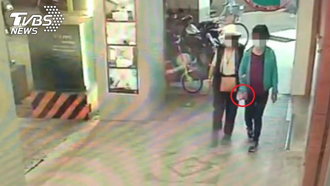 母女順手牽羊,偷走藥局50片口罩。(圖/TVBS) 母女藥局偷50片口罩落跑 婦辯:以為不用錢