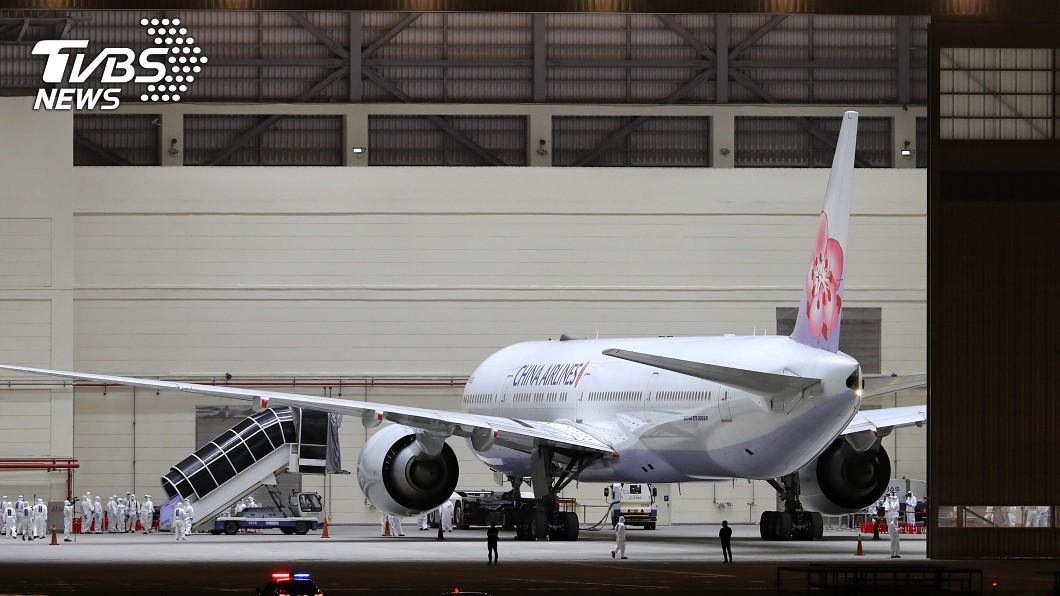 (圖/中央社) 終於回家了! 湖北類包機載回153乘客送檢疫所