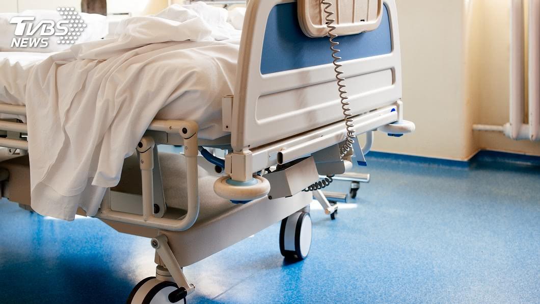 新冠肺炎疫情蔓延全球,各國出現愈來愈多的確診和死亡案例。(示意圖/TVBS) 女疑染新肺身亡 家屬不捨親吻遺體惹議