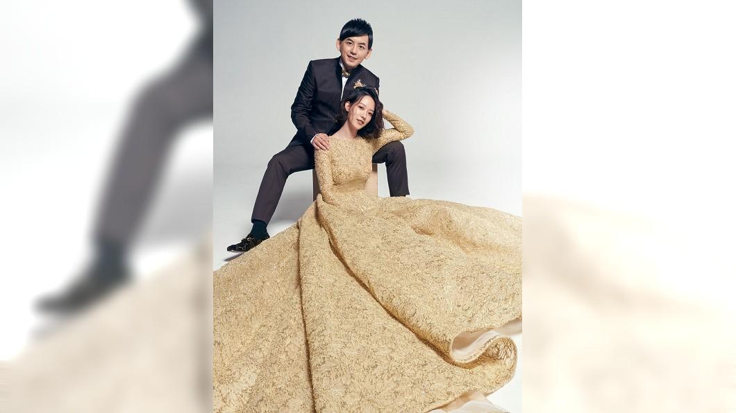 (圖/翻攝自黃子佼臉書) 曬婚照藏愛的密碼 黃子佼孟耿如金色婚紗照美炸