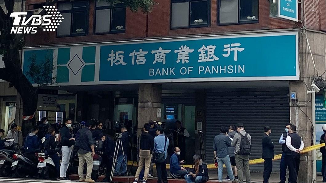 圖/中央社 台北板信銀行遭搶80萬 黑衣歹徒偷車犯案