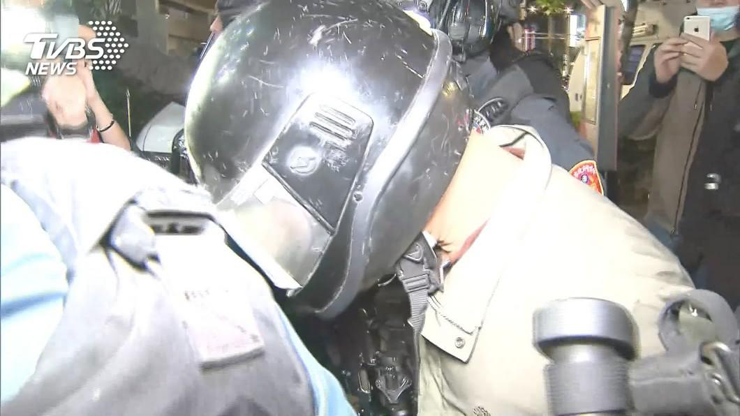 圖/TVBS 男持突擊步槍搶銀行78萬 落網坦承:想當一次有錢人!