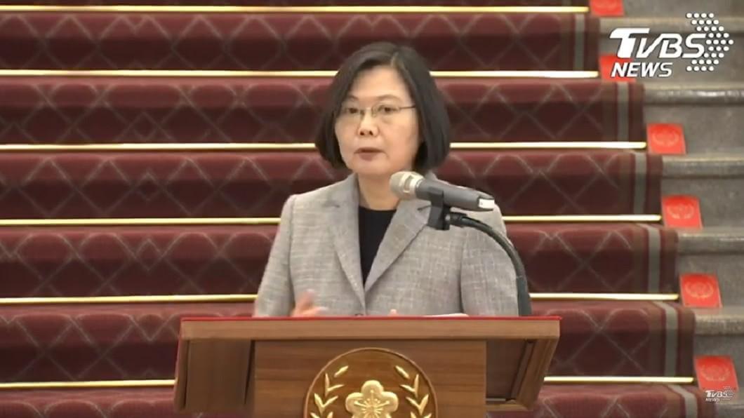 總統蔡英文今(1日)上午宣布將捐1000萬片口罩給疫情嚴重國家。(圖/TVBS) 蔡豪捐1千萬片口罩 議員:台灣人排隊買外國人免費拿?