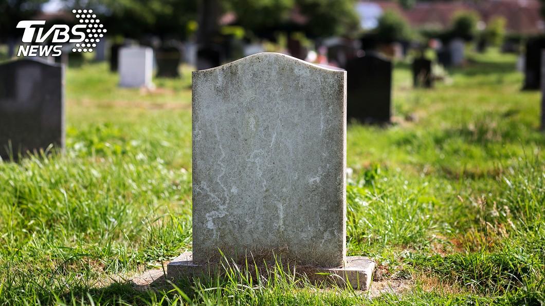江蘇崑山一處公園草地內,突然多出了2塊墓碑。(示意圖/TVBS) 公園突多出2塊墓碑 驚見「死亡時間」居民嚇破膽