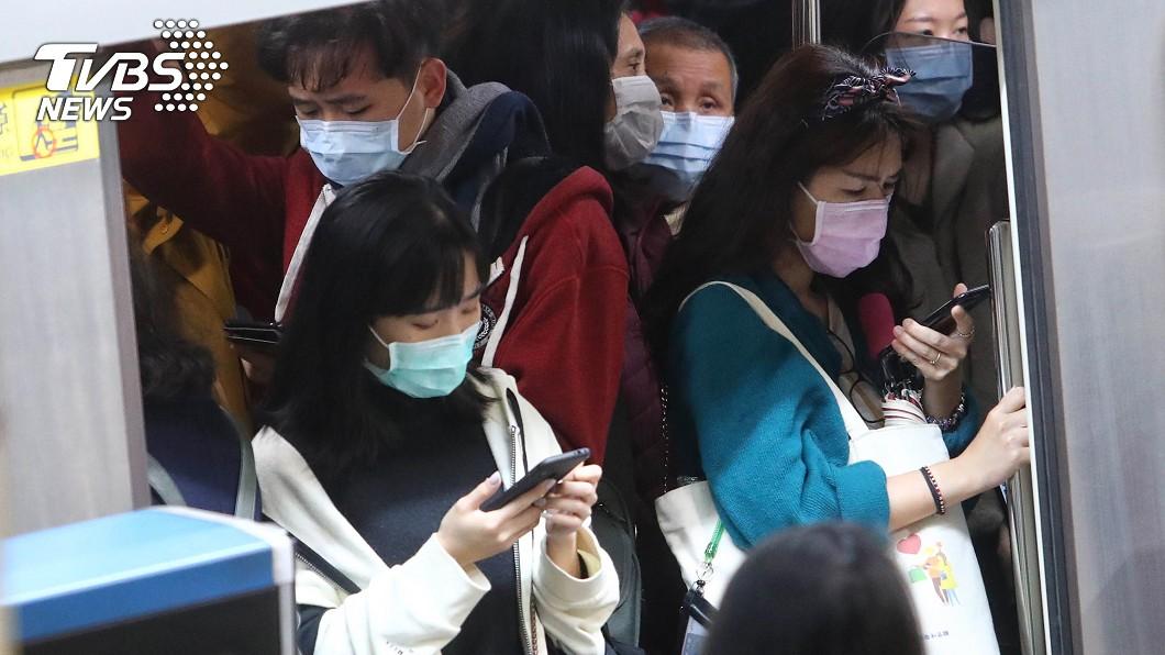 台灣民眾搭乘捷運佩戴口罩防疫。(圖/中央社) 防疫有成經濟成長 「無病毒的台灣」登上瑞典電視台