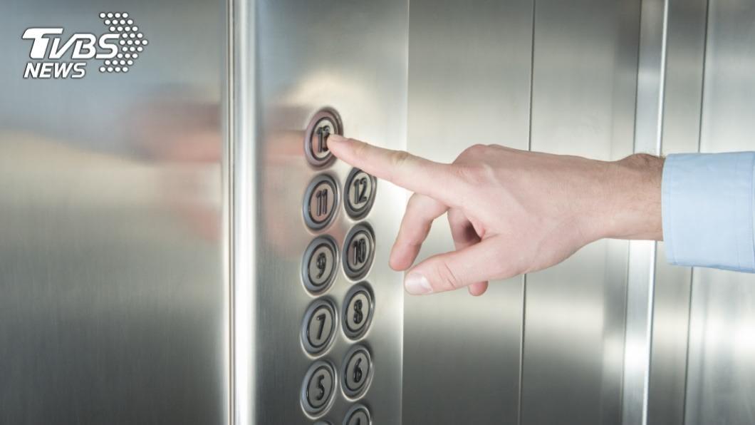 真的是太尷尬了!(示意圖/TVBS) 遭警衛投以異樣眼光!妹子搭電梯「驚見超糗真相」