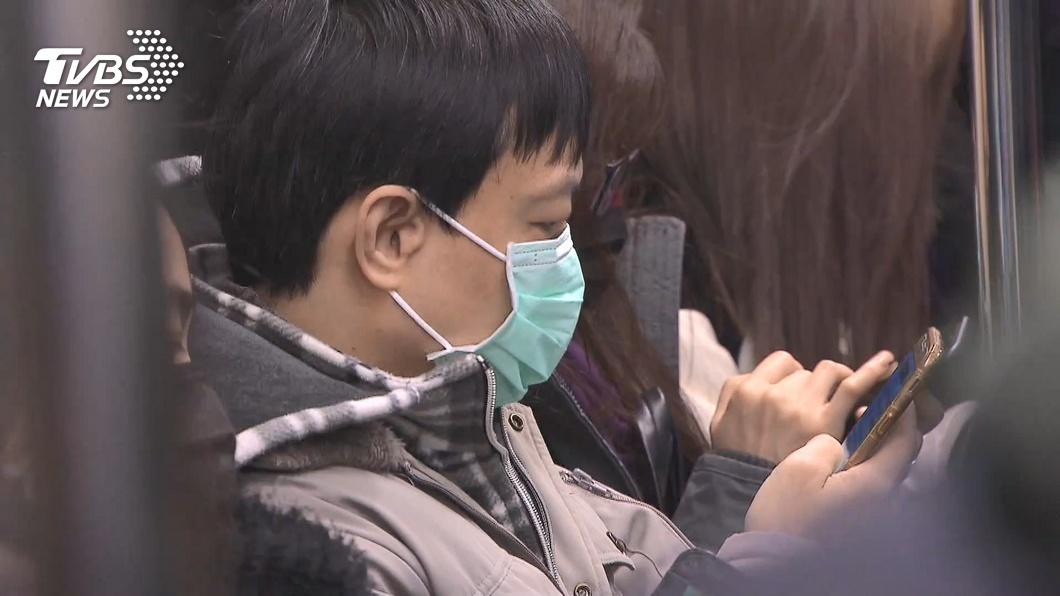 指揮中心研議鬆綁搭乘交通工具強制戴口罩。(圖/TVBS) 氣溫高口罩「戴不住」!衛福部:研議大眾運輸鬆綁