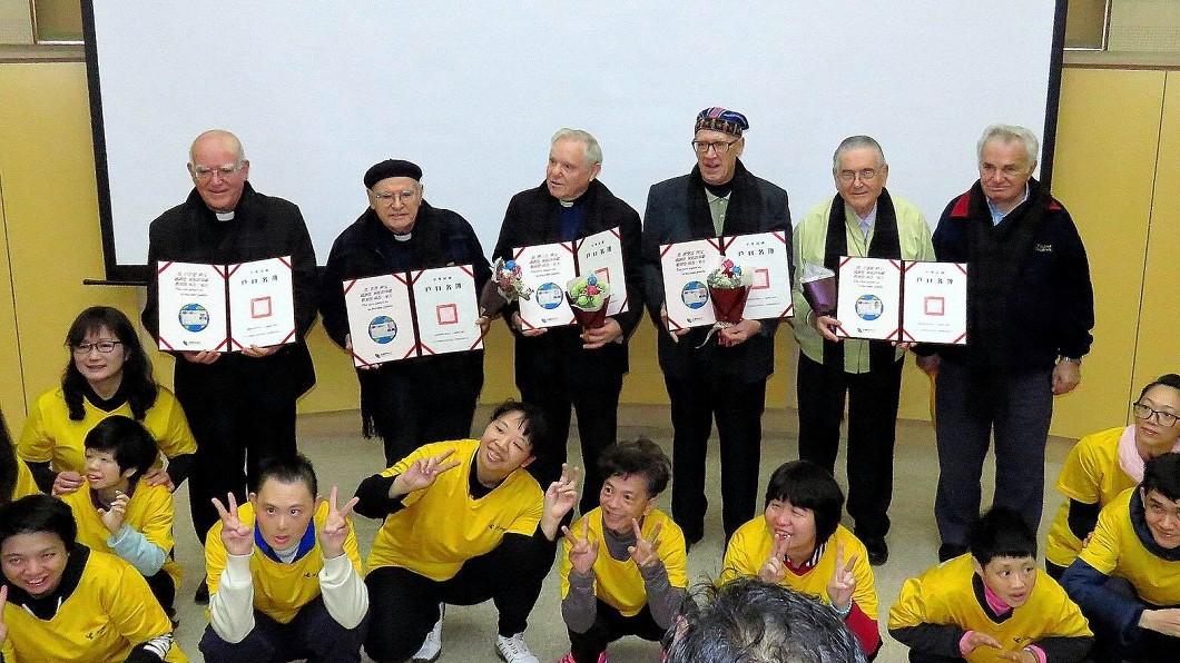 2017年,來台許久的義大利神父們拿到台灣身分證,十分開心。(圖/翻攝羅東聖母醫院) 台灣報恩!神父求救故鄉義大利 3天湧入600萬善款