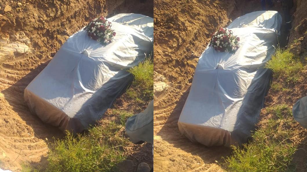 (圖/翻攝自Mfundo Nqata Bongela臉書) 政治家過世下葬  竟拿「賓士豪車當棺材」伴屍入土