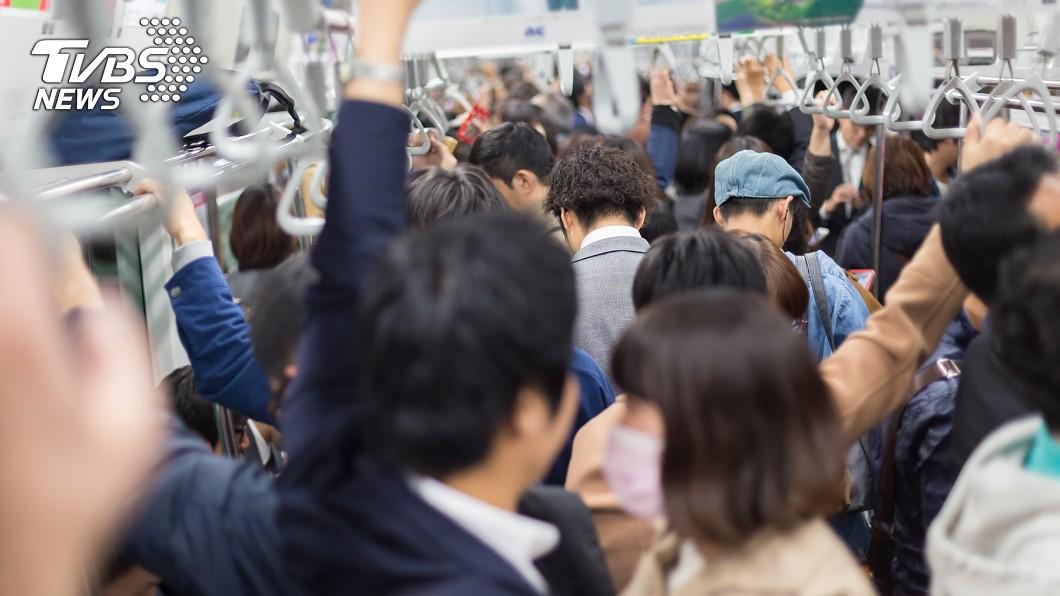 疫情期間,大部分日本企業未實施遠距辦公,地鐵通勤高峰仍塞滿人。(示意圖/TVBS) 疫情期間「東京地鐵仍擠爆」 日人:我們是工作的奴隸