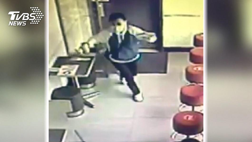 圖/TVBS 女朝醫護猛咳嗽大笑2聲跑走!警:有戴口罩難認違法