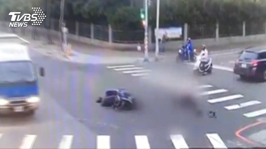 圖/TVBS 車禍後未移車!騎士昏迷兩天 遭檢舉違停