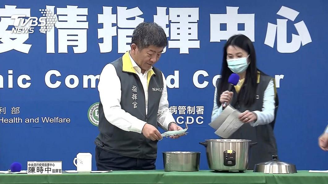 中央流行疫情指揮中心指揮官陳時中日前在記者會示範「電鍋乾蒸口罩」(圖/TVBS) 「偏偏少一片」 她喊話陳時中:口罩產能增加卻搬出電鍋