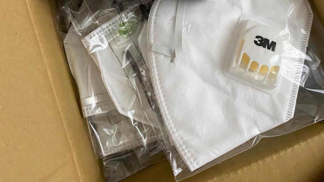 網友翻出家中60箱N95口罩。(圖/翻攝自爆廢公社) 家翻出60箱N95口罩 男喊「醫護辛苦了」:全數捐贈