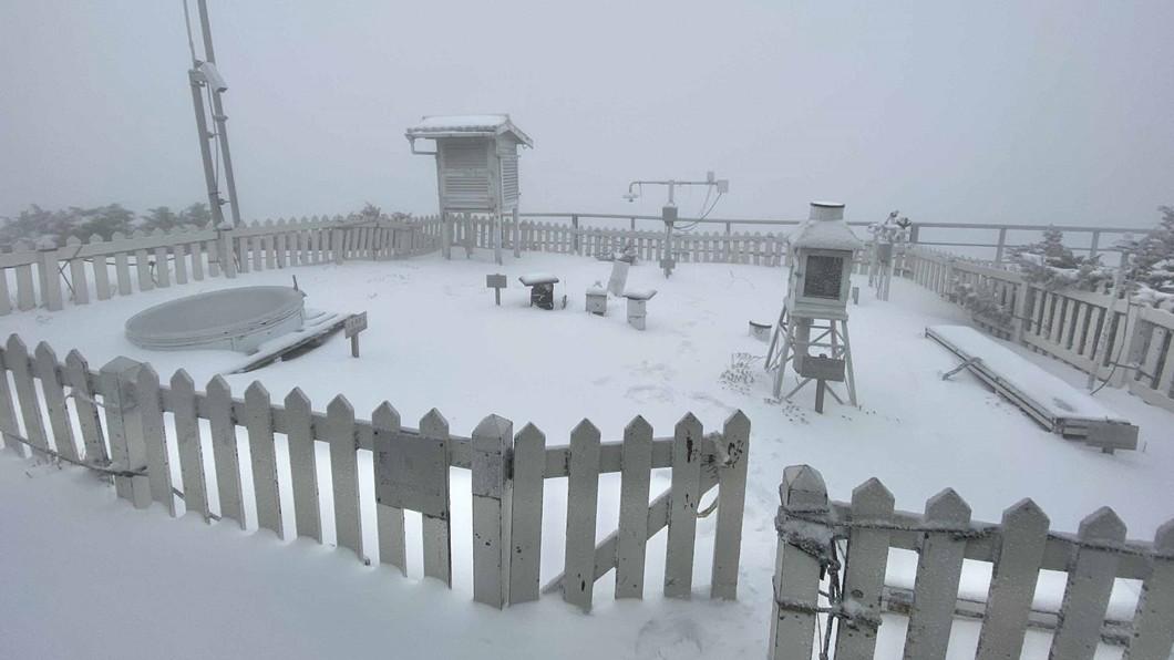 圖/玉山氣象站提供 玉山積雪14.5公分 玉管處籲山友勿勉強登頂