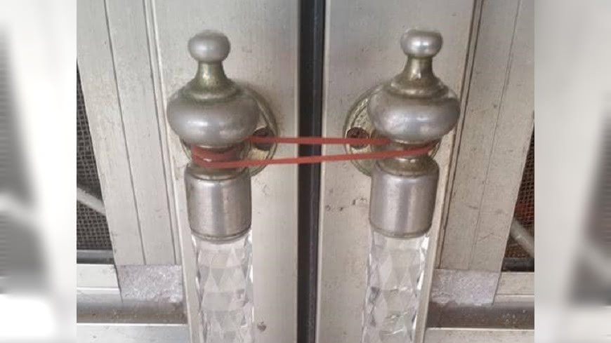 (圖/翻攝自爆怨公社) 鄉下老爸不用鑰匙「佛系鎖門法」 網笑:防蚊不防人