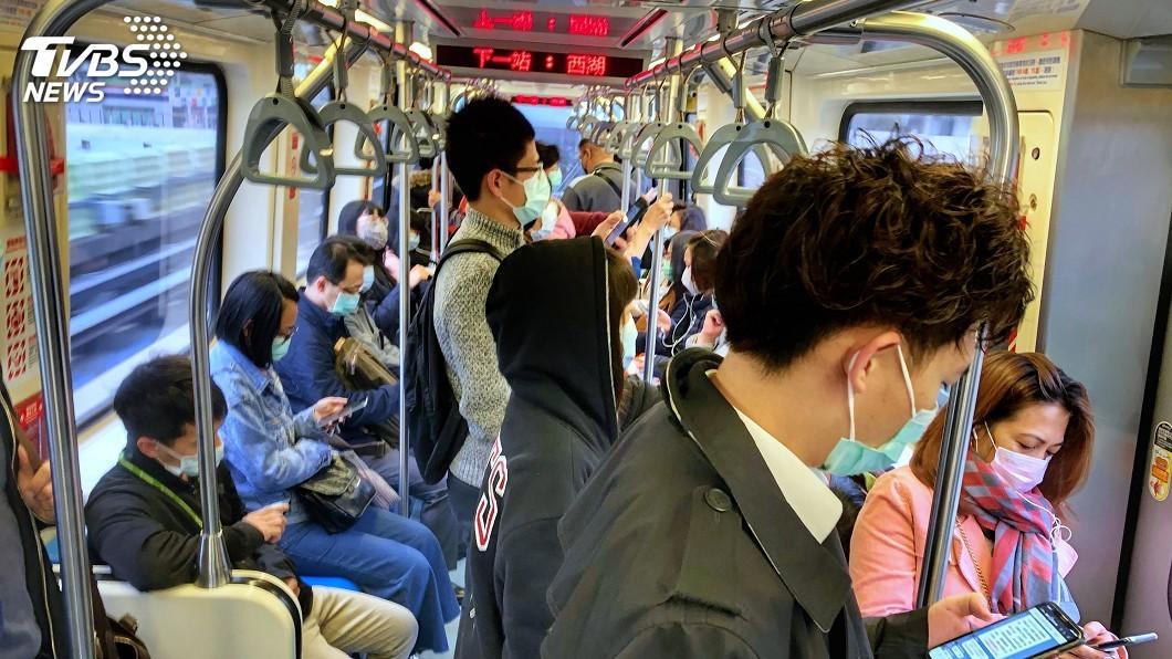 圖/中央社 6/7後生活防疫擬鬆綁 搭大眾運輸仍要戴口罩