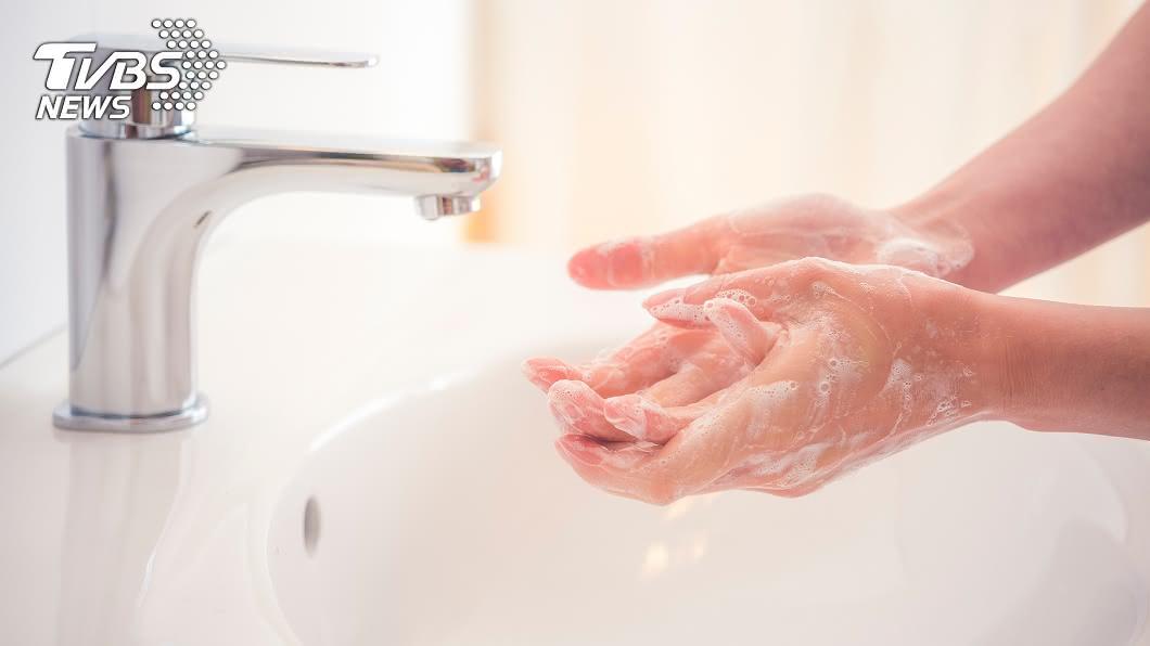 新冠肺炎疫情肆虐,專家一再宣導民眾要戴口罩和勤洗手。(示意圖/TVBS) 恐怖60秒!前一人打噴嚏 馬尾妹開門釀「全境感染」