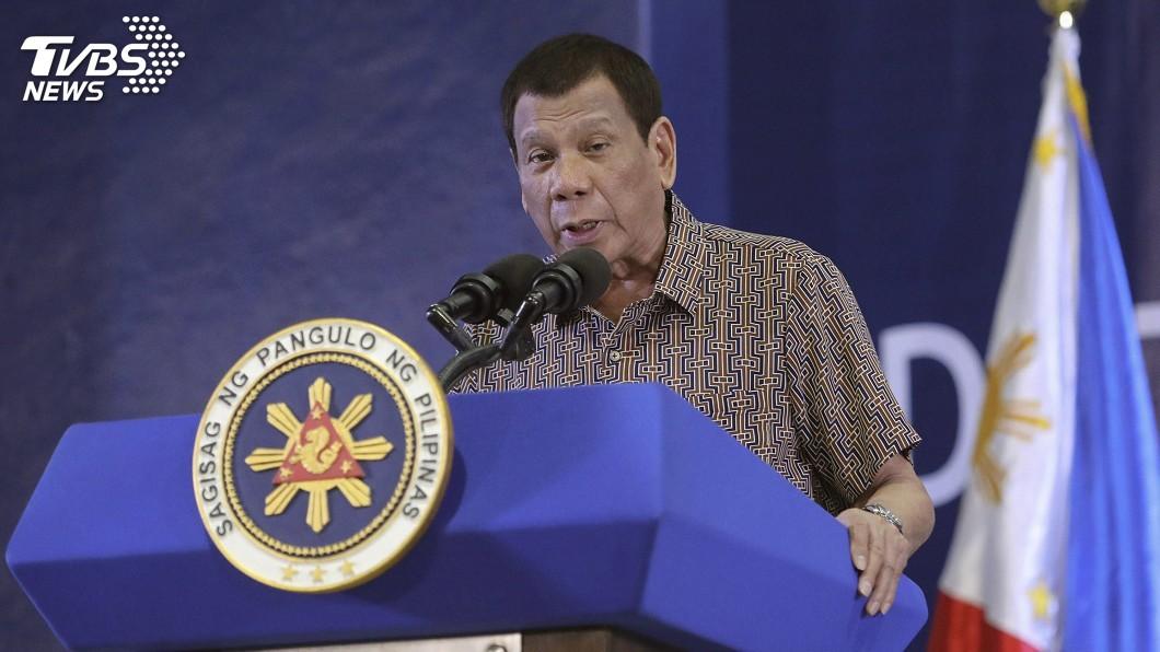 菲律賓總統杜特蒂日前宣布防疫新措施,民眾若是不配合,警方可以開槍擊斃對方。(圖/達志影像美聯社) 世界首例!農夫拒戴口罩防疫持鐮刀砍醫護 警開槍擊斃