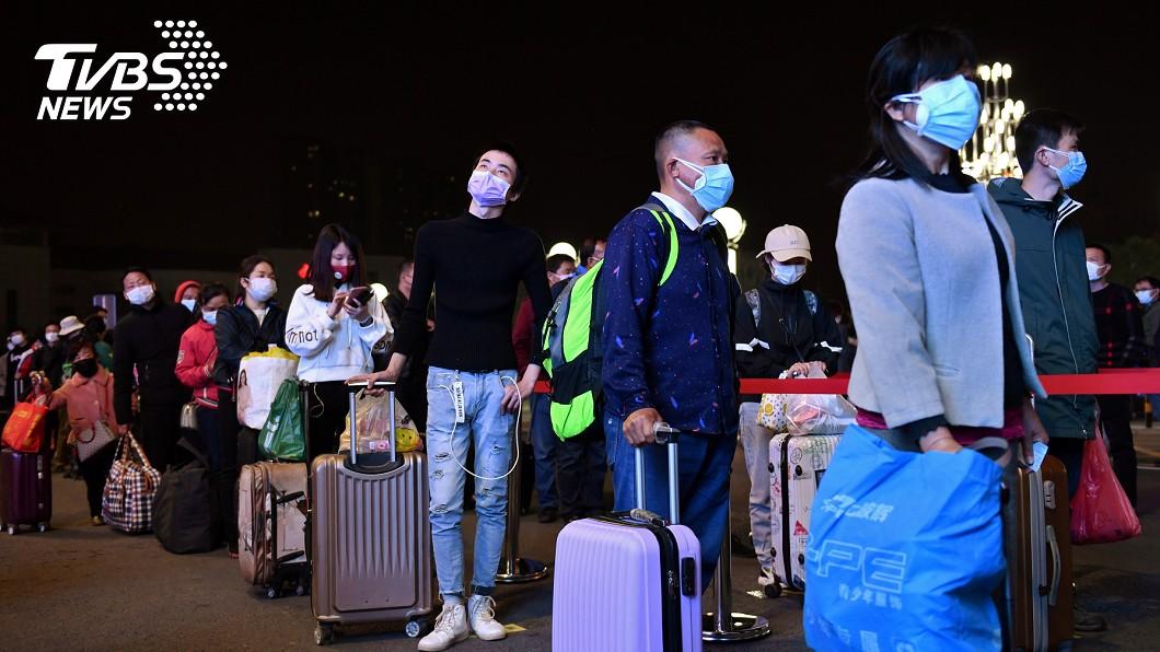 許多人在武漢解封後,連夜排隊離開。(圖/達志影像路透社) 武漢凌晨解封 數萬人怕再封城:趁今晚趕緊走