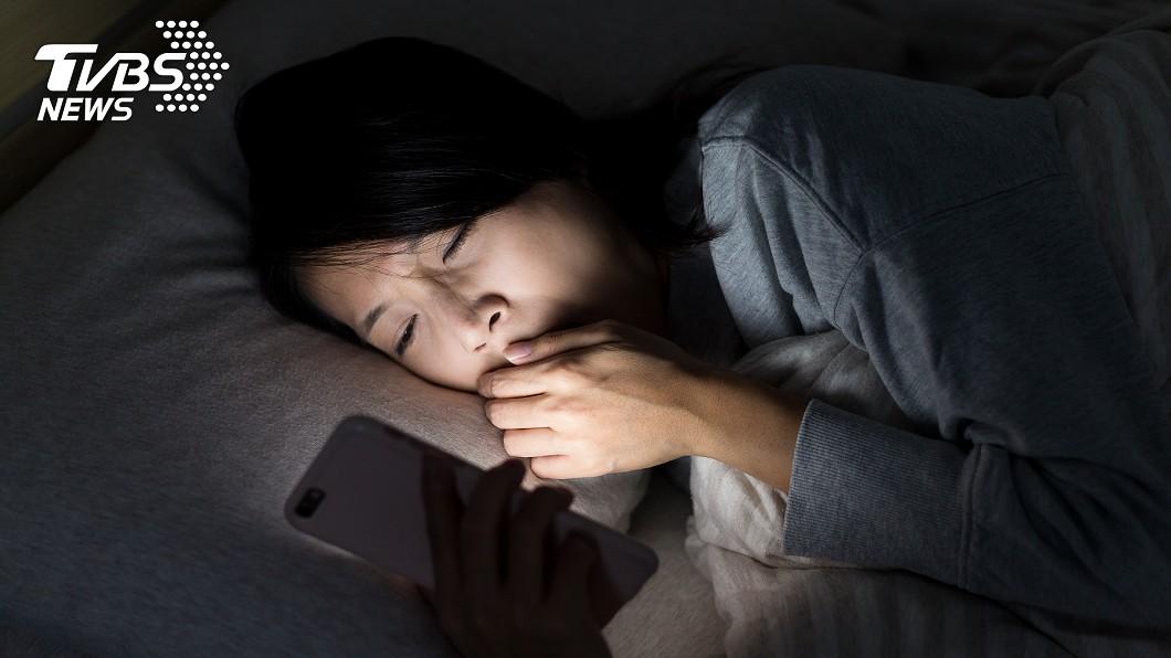 許多人即便感到疲憊,還是想滑手機,停不下來。(示意圖/TVBS) 好累卻捨不得睡?疲累壞習慣 醫曝「主動失眠」原因