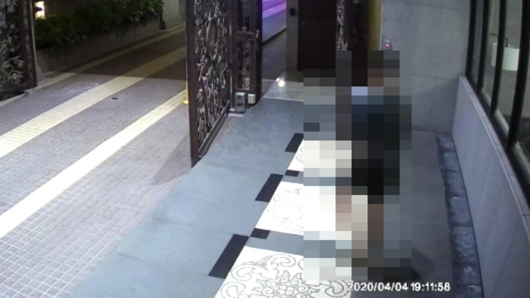 圖/中央社(民眾提供) 檢疫男下樓拿外賣恐挨罰 陳時中:有爭議待討論