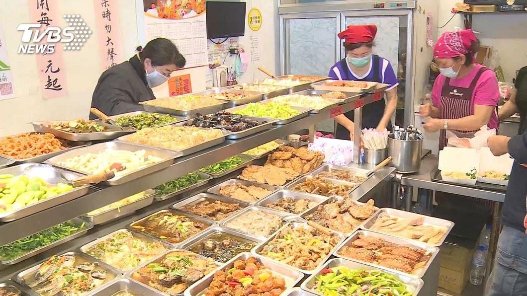 許多民眾都有買便當或自助餐的經驗。(示意圖/TVBS) 買飯遇阿桑賣萌…點餐狂喊疊字「菜菜瓜瓜」 他傻眼貓咪