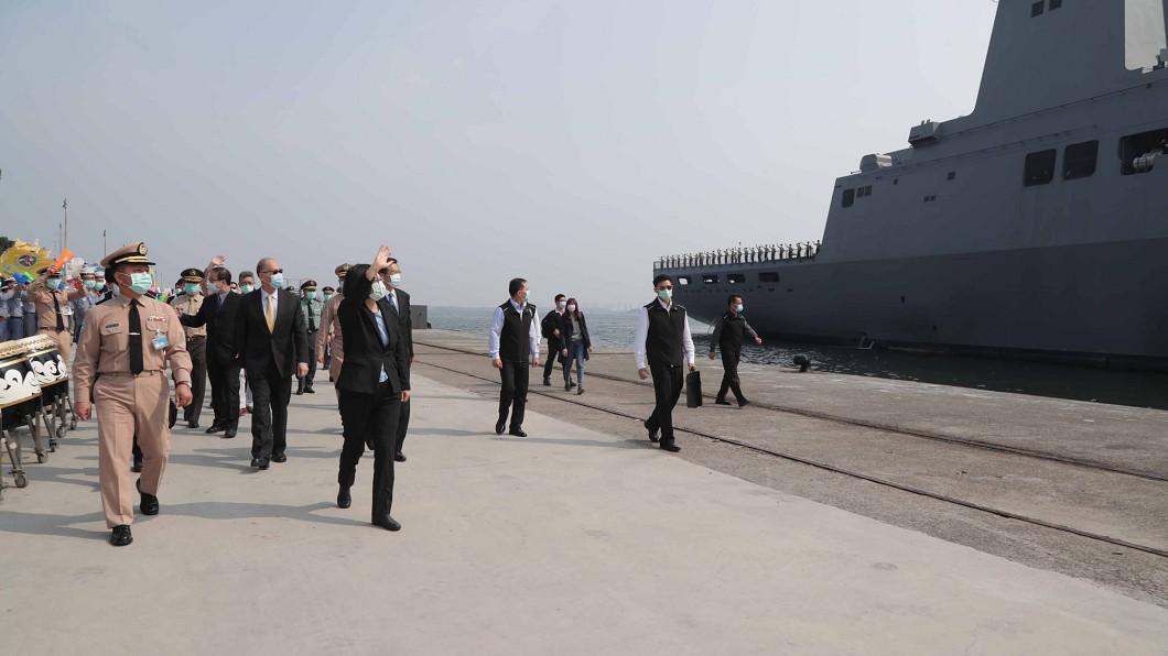 圖/軍聞社提供 海軍敦睦支隊提前返國 蔡總統岸上揮手打氣