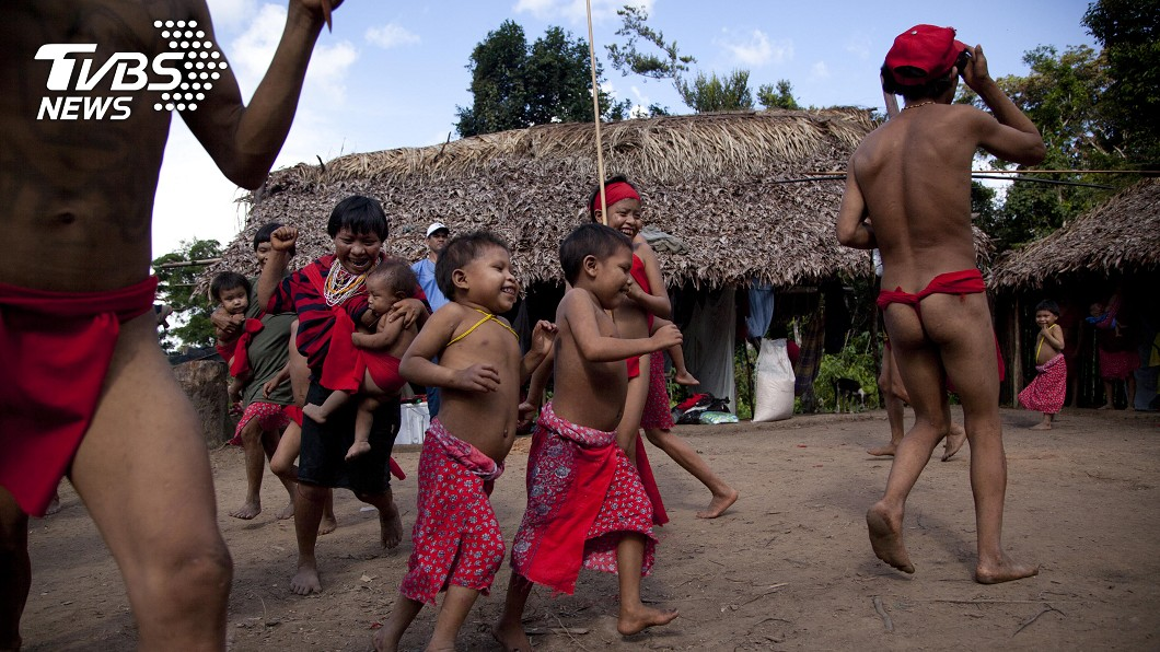 雨林中的原住民部落傳出首例新冠肺炎確診。 (圖/達志影像美聯社) 「與世隔絕」部落出現首例確診 15歲少年染新冠肺炎