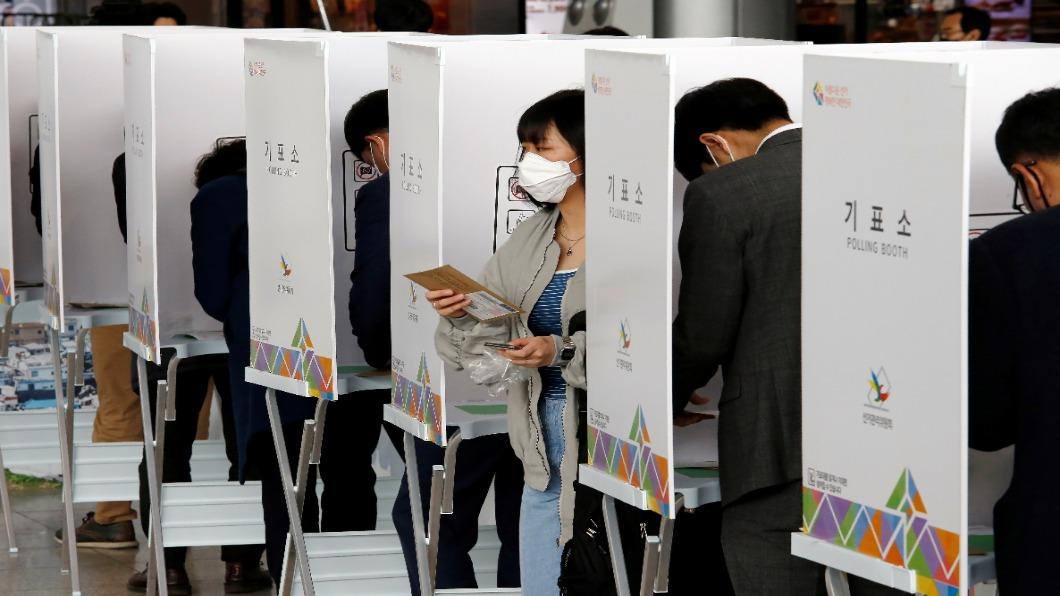 圖/達志影像路透  疫情下韓選投票 兩大免稅店撤仁川機場