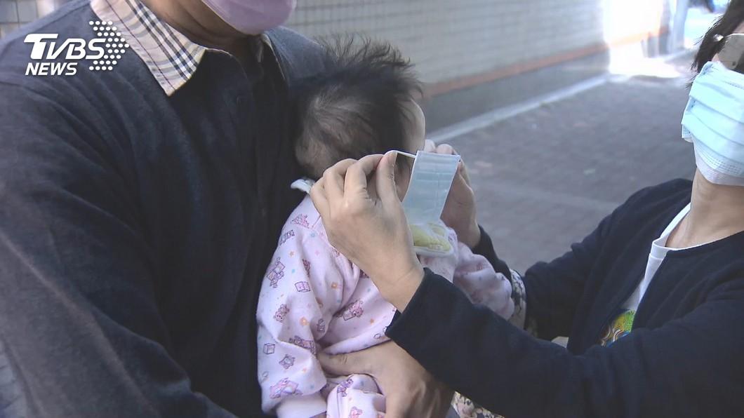 口罩變面具!嬰兒「臉小難戴」 呼吸恐不暢