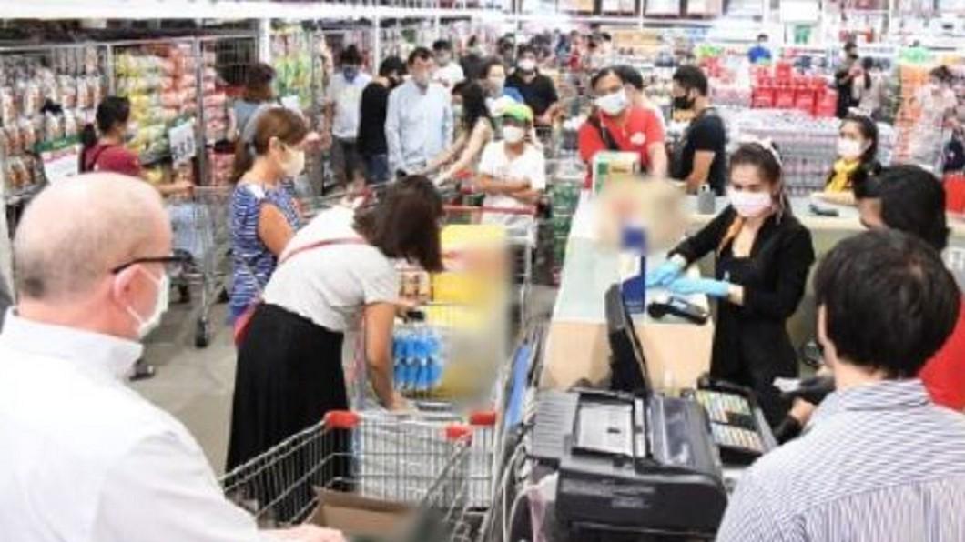 防群聚感染 泰禁酒10天民眾湧商場搶購