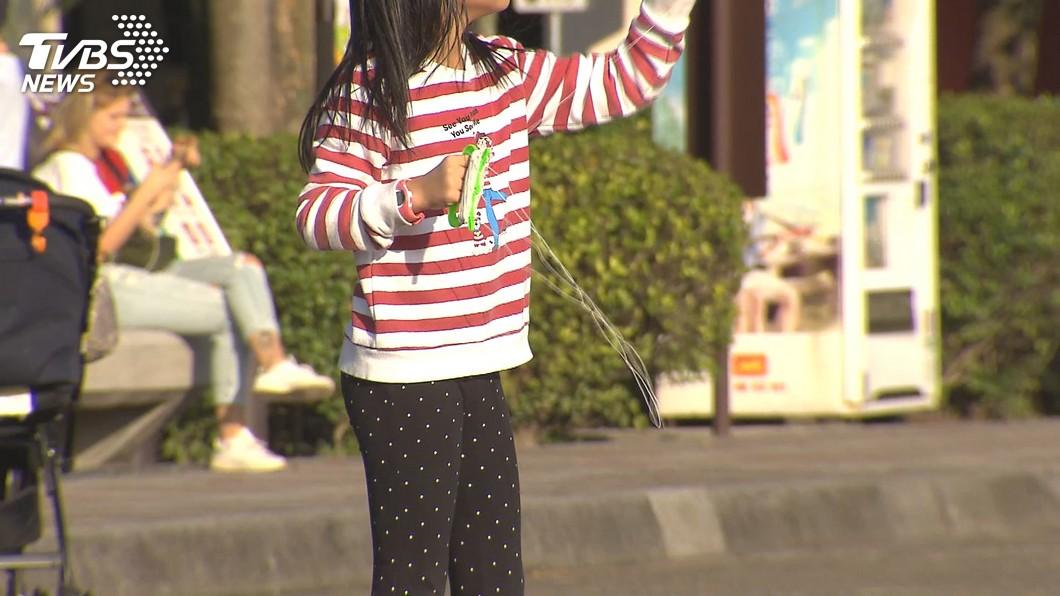 許多家長會帶著孩子去戶外放風箏。(TVBS資料示意圖) 放風箏掛在電線上 夫妻幫取下慘遭高壓電擊截肢得洗腎
