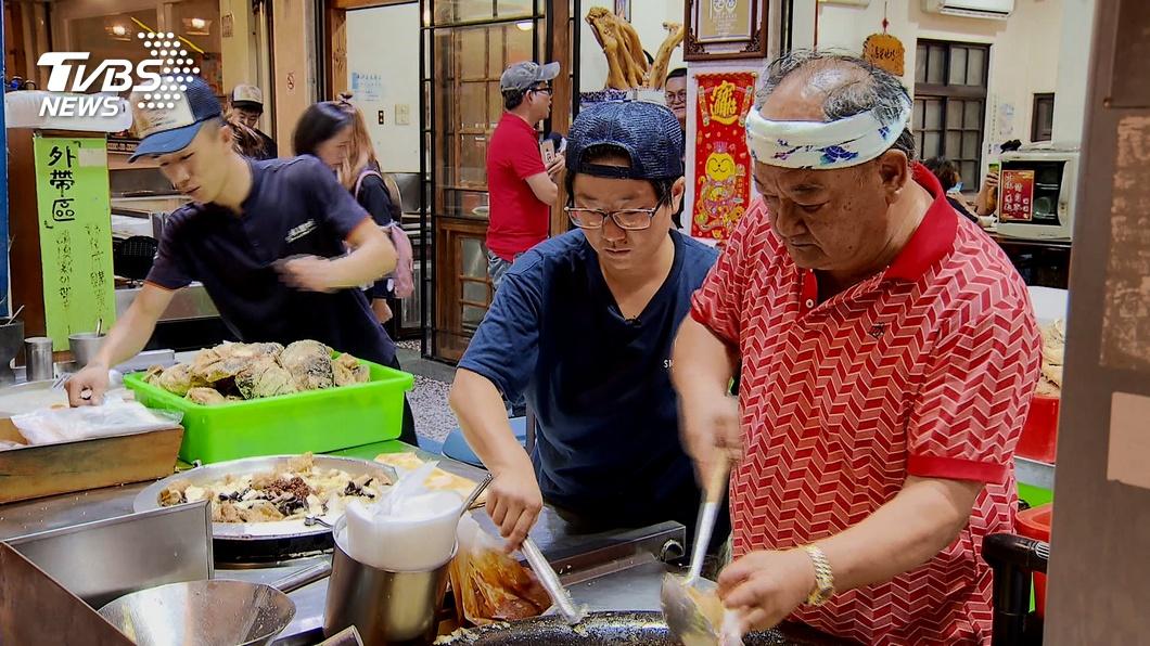 嘉義市知名的排隊名店「林聰明沙鍋魚頭」,是許多民眾來到這裡必吃的美食之一。(圖/TVBS) 排隊名店「送1片口罩客回贈8片」 老闆:台灣人最美