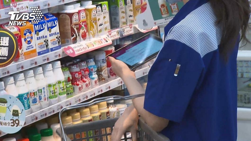 超商店員示意圖。(圖/TVBS) 超商店員為何「十項全能卻領低薪」?網一面倒:怪不了人