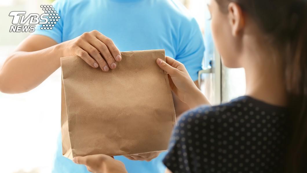 疫情期間,許多人會選擇少出門、使用外送平台點餐。(示意圖/TVBS) 發燒38.2度還外送!民眾嚇瘋「銷毀餐點」狂消毒